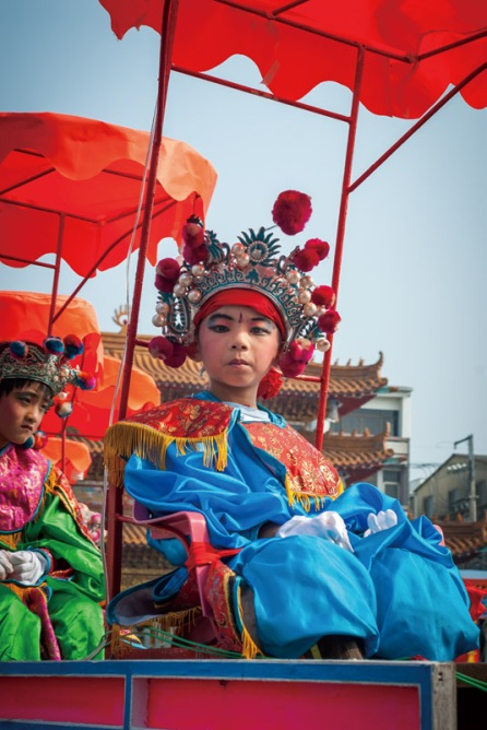 Donggang-king-boat-festival-pingtung-Centipede troupe parades in front of Shanxi Temple before boat burning in Guanamiao District, Tainan.2