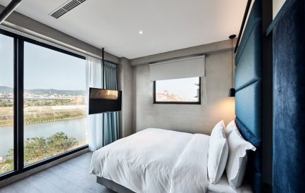 Waterfront Hotel Room with river view (image source: FunNow)